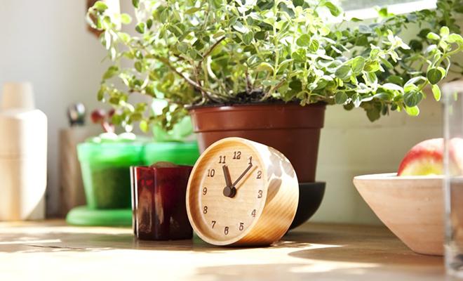 植物などが並ぶ明るい窓辺にレムノス ムククロック 置時計が置かれている画像