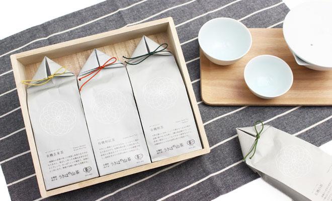 贈答用桐箱に入ったうきはの山茶3種類と茶器が並べられている画像