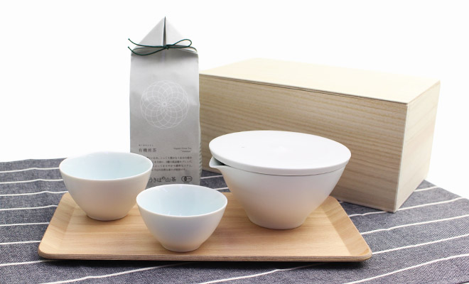 プラスエス有田焼茶器とうきはの山茶プレミアム有機煎茶が並べられている画像