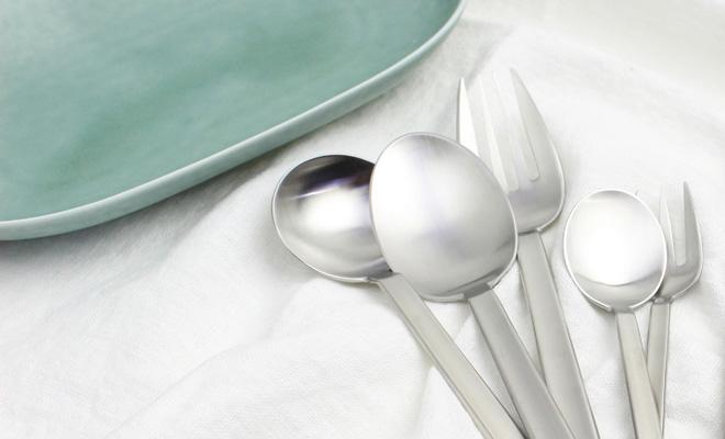 ICHI イチ スープスプーン・ディナースプーンを含めたイチカトラリーシリーズが並べられている画像