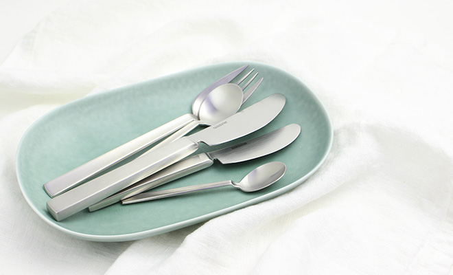 ICHI イチ デザートナイフ・ディナーナイフが器の上に並べられている画像