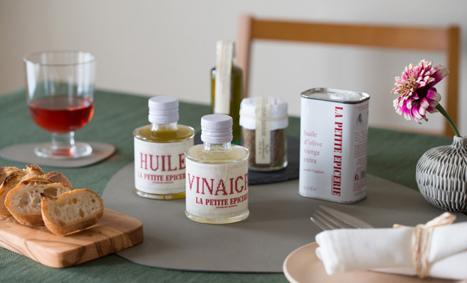 LA PETITE EPICERIE ラ プティット エピスリー 白トリュフオリーブオイルが他のオリーブオイルなどと共に食卓に並べられている画像