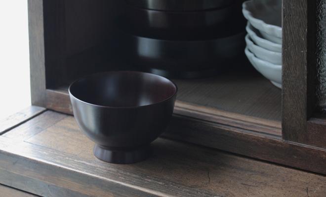 卯之松堂 漆器 汁椀が戸棚の前に置かれている画像