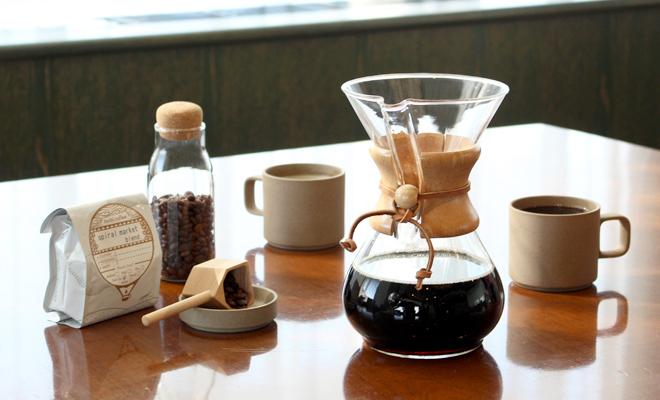 CHEMEX ケメックス/coffee maker classic コーヒーメーカー(3・6cup)/コーヒーメーカー(2サイズ)と食器が並んでいる画像