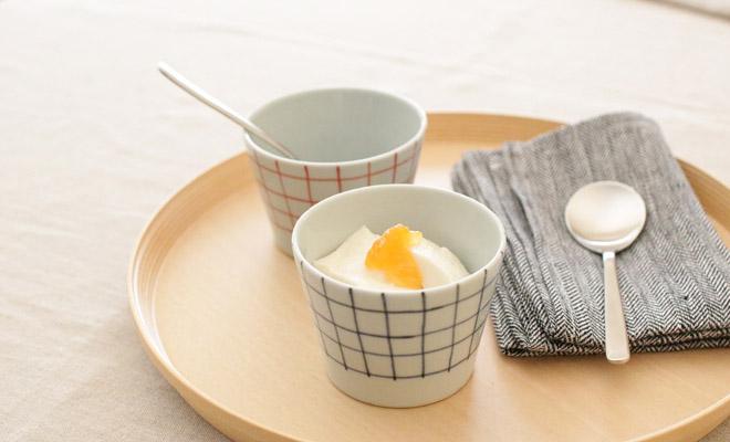 「+S」「日下華子×spiral market」 九谷焼 そばちょこ 格子(朱・呉須)が食卓に並べられている画像
