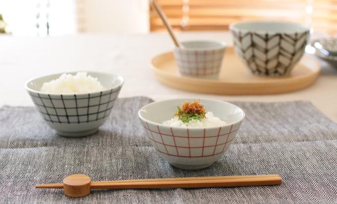 「+S」「日下華子×spiral market」 九谷焼 飯椀 格子(朱・呉須)が食卓に並べられている画像