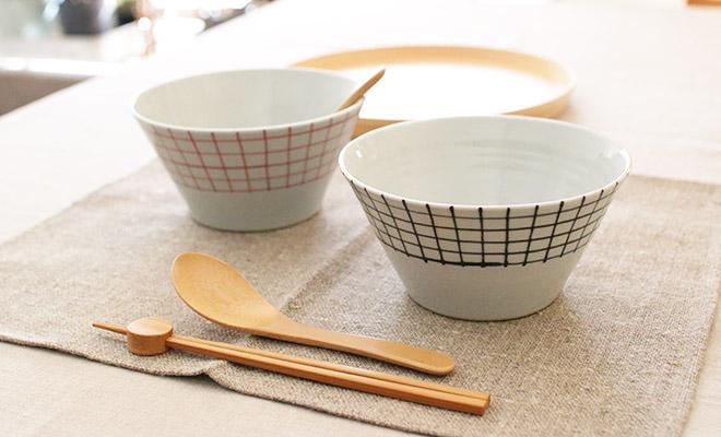 「+S」「日下華子×spiral market」 九谷焼 深鉢 格子(朱・呉須)が食卓に並べられている画像