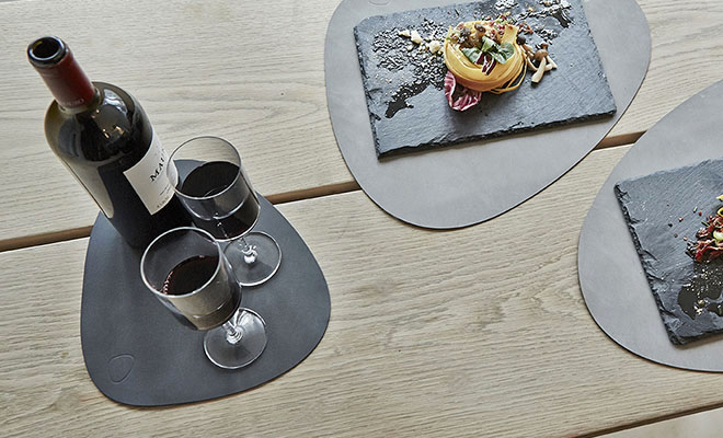 LIND DNA TABLEMAT CURVE テーブルマットS(SOFTBUCK)が食卓に料理と共に置かれている画像