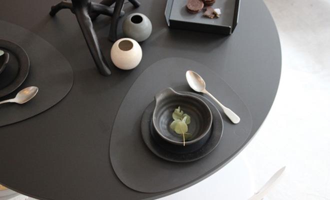 LIND DNA TABLEMAT CURVE テーブルマットL(SOFTBUCK)が食卓に料理と共に置かれている画像