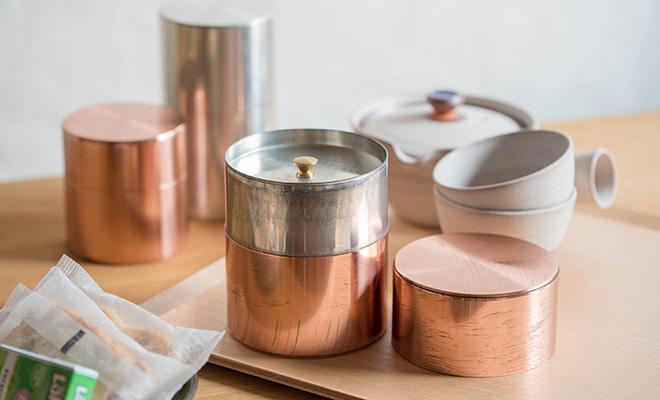 開化堂/茶筒 「平型 200g」(銅・ブリキ)/食器棚に並ぶ本体の使用イメージ画像