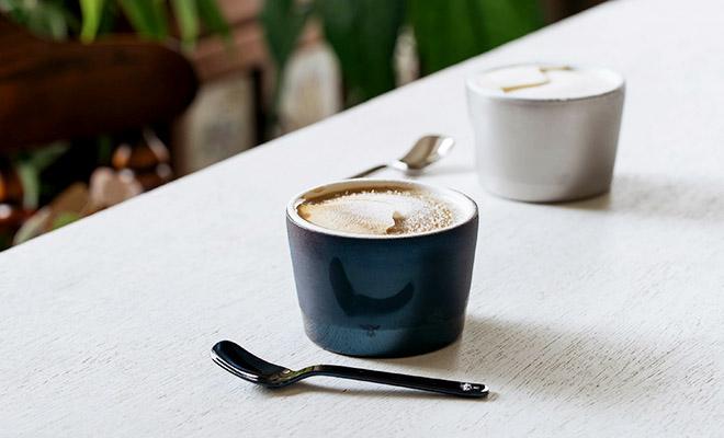 SUS gallery サスギャラリー/「Happy Ice Cream!」アイスクリームホルダー&スプーン(2色)/Happy Ice Cream! アイススプーンとアイスクリームが置かれたイメージ画像
