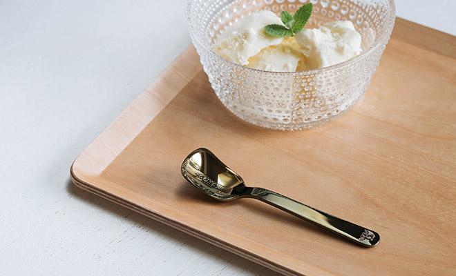 SUS gallery サスギャラリー/「Happy Ice Cream!」アイススプーン(3色)/Happy Ice Cream! アイススプーンとアイスクリームが置かれたイメージ画像