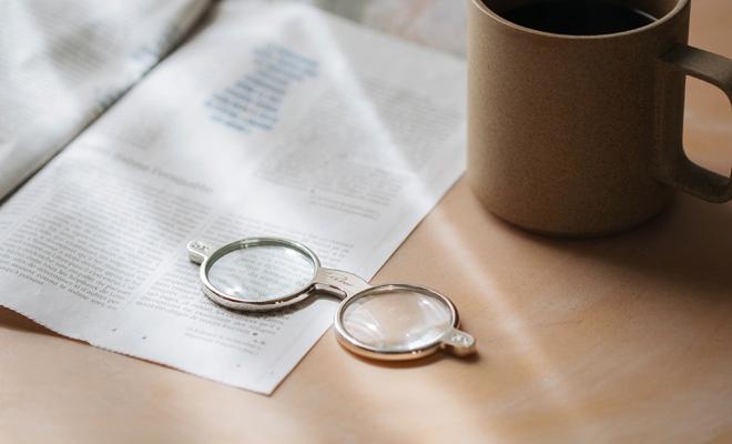 PHILIPPI フィリッピ/グラスルーペ/グラスルーペがマグカップと書類と一緒に置かれたイメージ画像