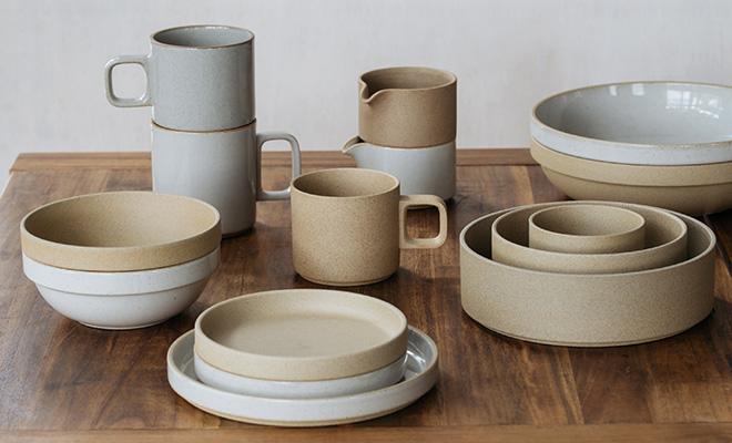 HASAMI PORCELAIN ハサミポーセリン/Mug Cup Clear マグカップ クリア(2サイズ)/Mug Cup Clear マグカップ(2サイズ)とNaturalが積み重なり並んでいる画像