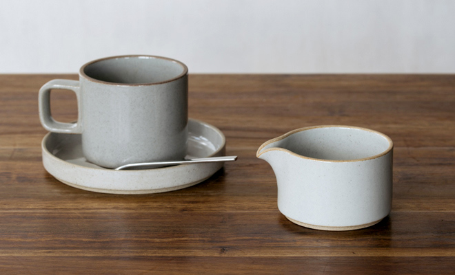HASAMI PORCELAIN ハサミポーセリン/Milk Pitcher ミルクピッチャーφ85(2色)/Milk Pitcher ミルクピッチャー(2色)うちClearがマグカップとプレートと並んだ画像