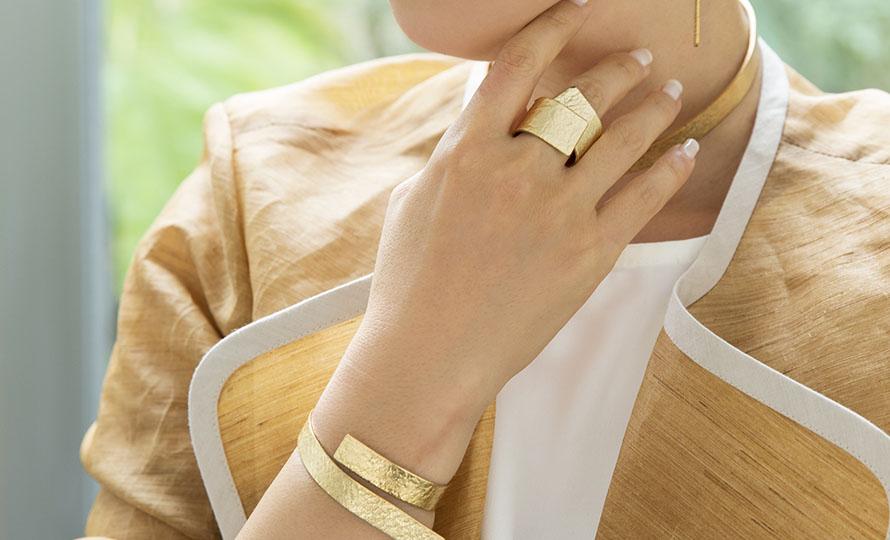NAGAE+ ナガエプリュス/TIN BREATH Ring ティンブレス リング ゴールド(3種)/TIN BREATH ティンブレス リング ゴールド(3種)を着用した画像