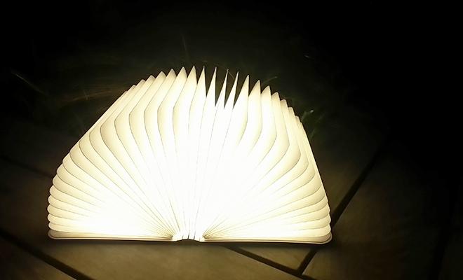Lumiosf ルミオエスエフ/充電式LEDライト(2色)/ブックランプ(2色)が和室で灯された画像