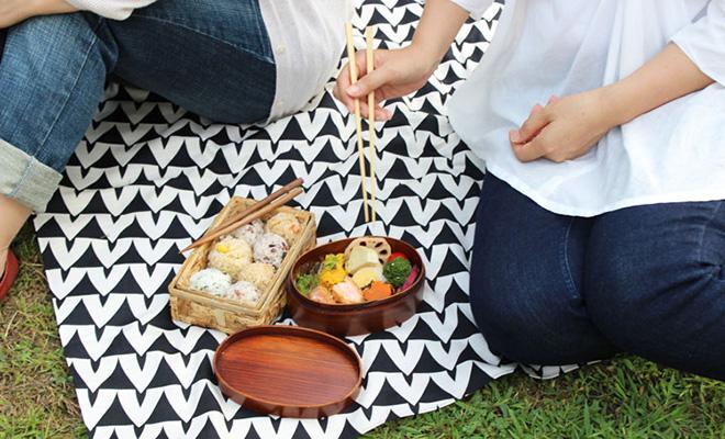 KOTONOWA コトノワ/風呂敷 Juho Viitasalo 90×90(2種)/風呂敷 90×90cm(Aika)がテーブルに広げられた画像
