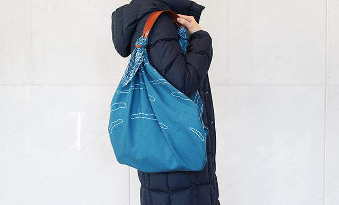 KOTONOWA コトノワ TSUNAGU 牛革ハンドル3色 TSUNAGUハンドルを使った風呂敷バッグを持つイメージ画像