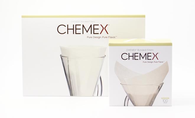 CHEMEX ケメックス/coffee maker classic 専用フィルター「ボンデッド・フィルター」 (3・6cup用)/コーヒーメーカー(2サイズ)と食器が並んでいる画像
