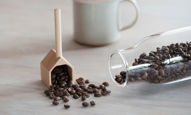 TORCH トーチ/「COFFEE MEASURE HOUSE」コーヒーメジャーハウス(2色)/「COFFEE MEASURE HOUSE」コーヒーメジャーハウス(2色)うちバーチと豆が散らばった画像
