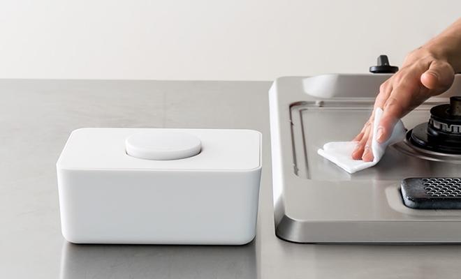 sarasa design サラサデザイン/b2c ウェットティッシュホルダー(2色)/ウェットティッシュホルダー(2色)を食卓で使用している画像