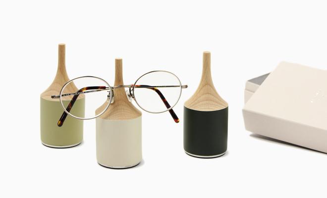 M.SCOOP/「glasses place」 眼鏡スタンド(3色) /「glasses place」 眼鏡スタンド(3色) が並びメガネがかけられた画像
