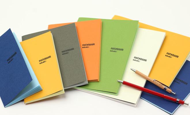 「+S」プラスエス/オリジナルノート A5タテ(6色)その他商品が並んだイメージ画像