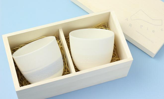 AR Pieceプラスエス TOU GLASS CUP PAIR SET SKY 陶グラスカップペアセット スカイの箱が開いた状態の画像