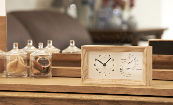 Lemnos レムノス FRAME 温湿度計付時計 ナチュラルが置かれた画像