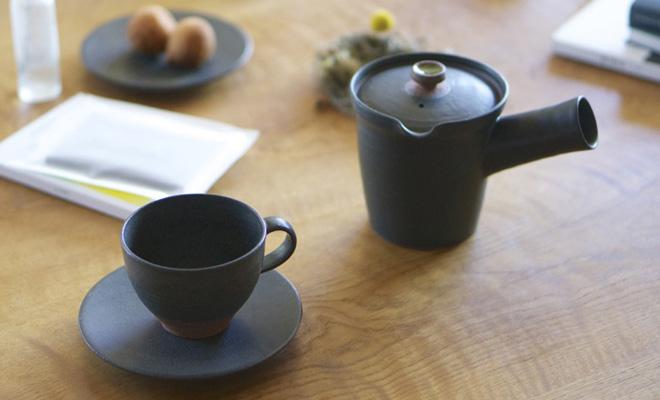 AR Piece アールピース 新茶器 CYA-POTがテーブルに置かれた画像