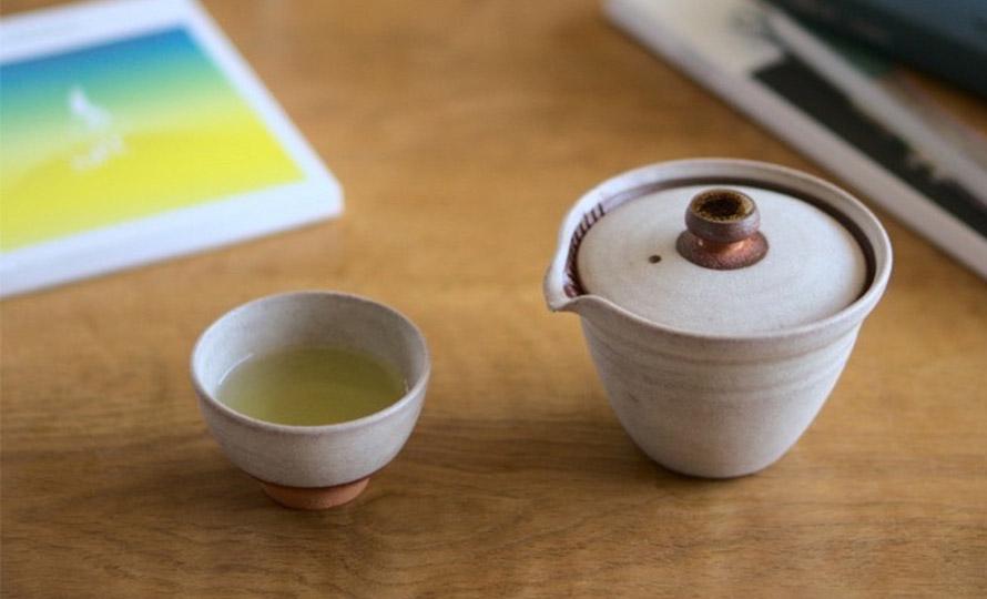 AR Piece アールピース 新茶器 KO CYA-WANにお茶をいれている画像