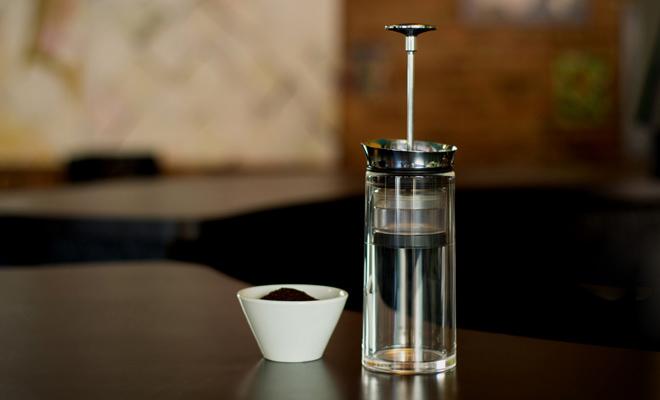 アメリカンプレス コーヒーメーカーがテーブルに置かれた画像