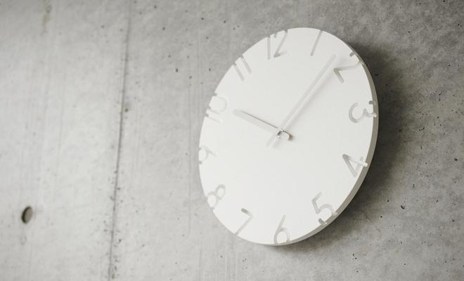 Lemnos レムノス CARVED カーヴド 壁掛け時計 Arabicが壁にかけられた画像