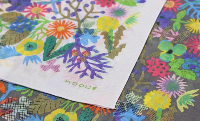 ひびのこづえ/ハンカチ「FLOWERS」(2色)が並んだイメージ画像