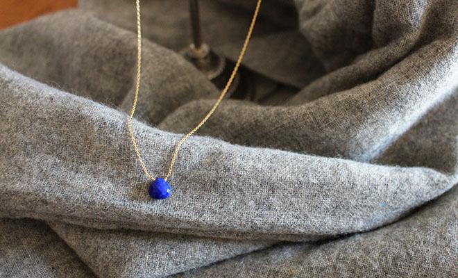 RIVA GOSSI リバ・ゴッシ ネックレス「ONE ラピスラズリ」がウールファブリックの上に置かれている画像