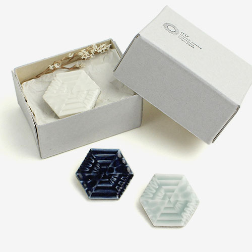 UU ウウ/ハニカムブローチ「Honeycomb Brooch」(3色)