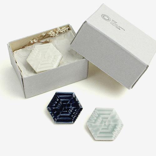 UU ceramic jewelry and objects ウウ セラミックジュエリー アンド オブジェクツ/ハニカムブローチ「Honeycomb Brooch」(3色)