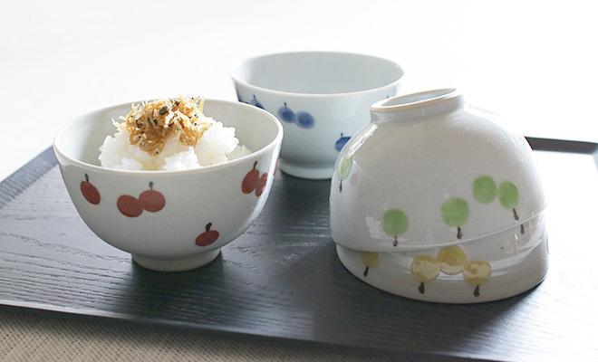 日下華子 九谷焼 飯椀「りんご」にご飯が盛られて食卓に並べられている画像