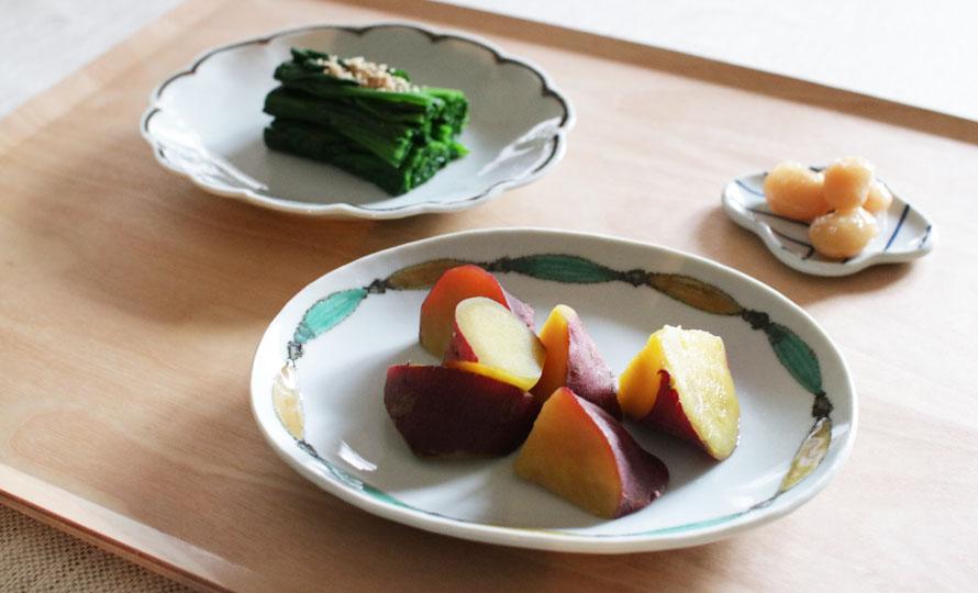 日下華子 九谷焼 だ円皿「色絵魚文」に料理が盛られて食卓に並べられている画像