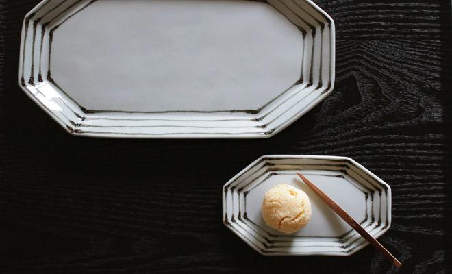 日下華子 九谷焼 八角プレート「鉄線文」にお菓子が盛られて食卓に並べられている画像