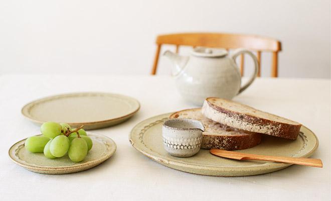 萩原千春(はぎはらちはる)+S ミルクピッチャーがしのぎリムプレートやパンと一緒に食卓に並んでいるところ