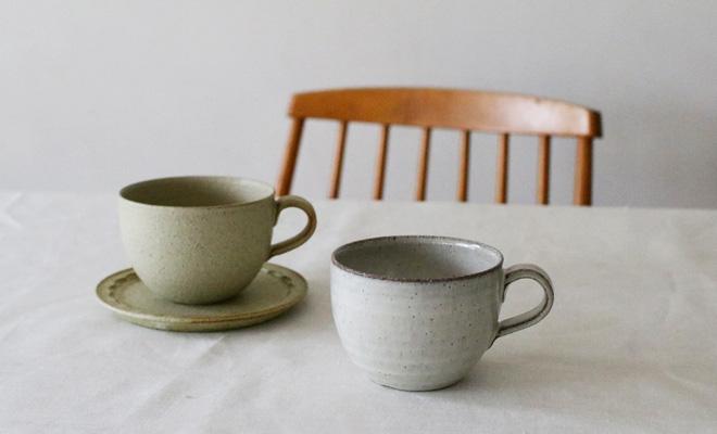 萩原千春(はぎはらちはる)+S マグカップが食卓に並んでいるところ