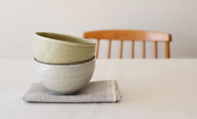 萩原千春(はぎはらちはる)+S カフェオレボウルが重ねられて食卓に置かれているところ