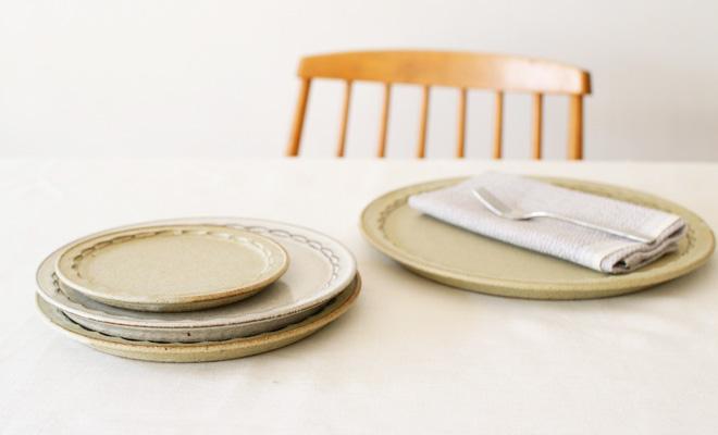 萩原千春(はぎはらちはる)+S しのぎリムプレート アイシングが重ねられて食卓に並んでいるところ