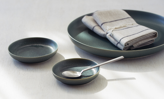 イイホシユミコ yumiko iihoshi porcelain/「ReIRABO リイラボ」round plate ラウンドプレート winter night gray(S・M・L) /「ReIRABO リイラボ」round plate ラウンドプレート winter night gray(S・M・L) がソーサーとしてカップと一緒に使用されている画像