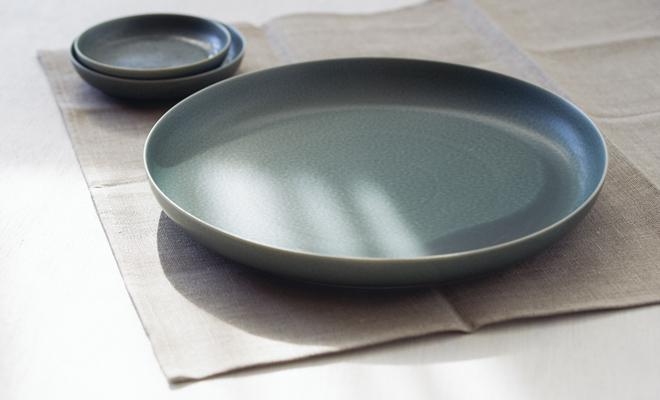 イイホシユミコ yumiko iihoshi porcelain/「ReIRABO リイラボ」round plate ラウンドプレート winter night gray(27.5cm) /「ReIRABO リイラボ」round plate ラウンドプレート winter night gray(27.5cm)が複数並んだ画像