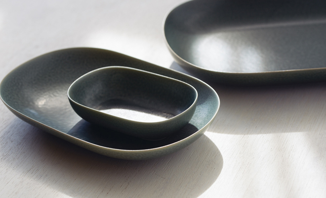 イイホシユミコ yumiko iihoshi porcelain/「ReIRABO リイラボ」oval plate オーバルプレート winter night gray(S・M・L) /「ReIRABO リイラボ」oval plate オーバルプレート winter night gray(S・M・L) が積まれた画像