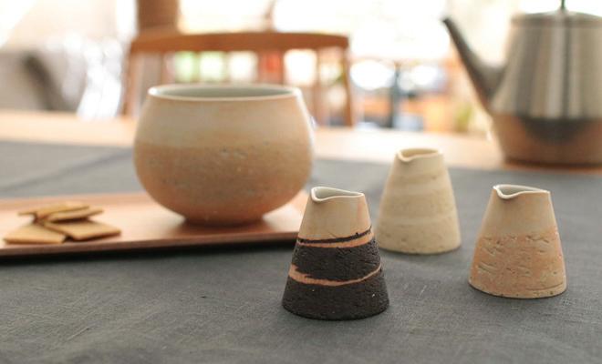藤居奈菜江 ふじいななえ/練り込みミルクピッチャー(3色)がテーブルに並んだ画像