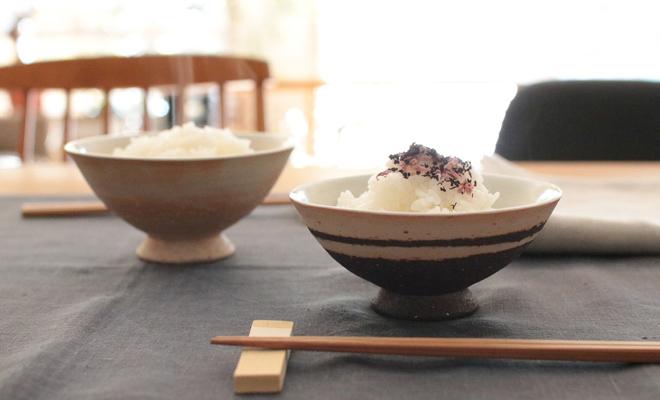 藤居奈菜江 ふじいななえ/めし碗 浅小(2色)がテーブルに並びご飯が入った画像